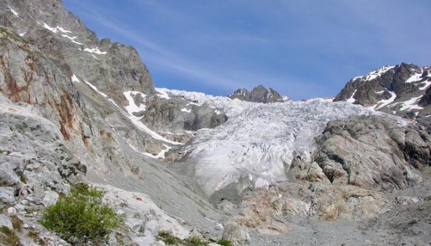 Le glacier Blanc, dans les Hautes-Alpes, est le plus grand glacier du massif des écrins.