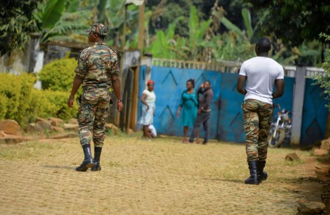 Des militaires camerounais patrouillent à Bafut, dans la région anglophone du Nord-Ouest, en novembre 2017.