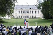 Emmanuel Macron dans les jardins du Palais de l'Elysée, devant les 150 membres de la convention citoyenne pour le climat, le 29 juin.