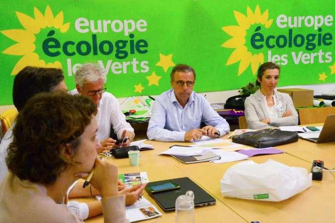 Le nouveau maire EELV de Bordeaux, Pierre Hurmic, lors d'une réunion avec des membres de son équipe de campagne, le 29 juin 2020 à Bordeaux.