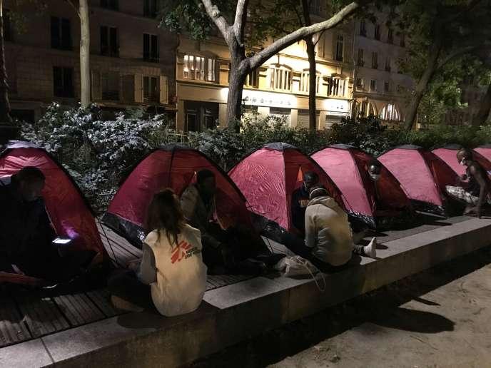 Un campement abritant une centaine d'adolescents s'est installé dans le 11earrondissement de Paris, square Jules Ferry, le 29 juin.