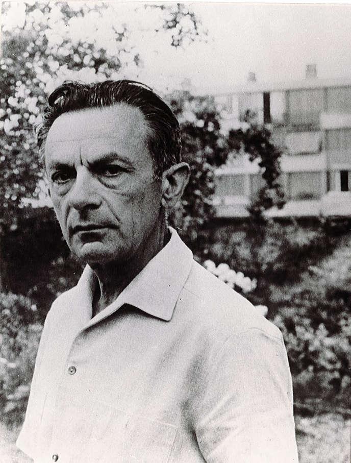 Le poète Paul Valet, à Vitry-sur-Seine (Val-de-Marne), en 1963.