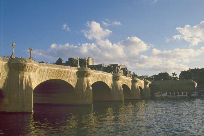 Le Pont-Neuf empaqueté (1975-1985) par Christo, à Paris.