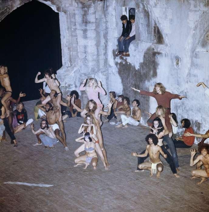Une représentation de «Paradise Now», de la compagnie de théâtre américaine Living Theatre,en juillet 1968, au Festival d'Avignon.