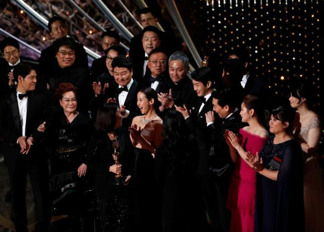 L'équipe du film« Parasite» célèbre l'Oscar du meilleur film, le 9 février à Los Angeles.