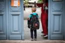 A child arrives at the Jules Julien elementary school in Toulouse, southern France, on June 22, 2020 following the reopening of schools as France eases lockdown measures taken to curb the spread of the COVID-19 (the novel coronavirus). / AFP / Lionel BONAVENTURE
