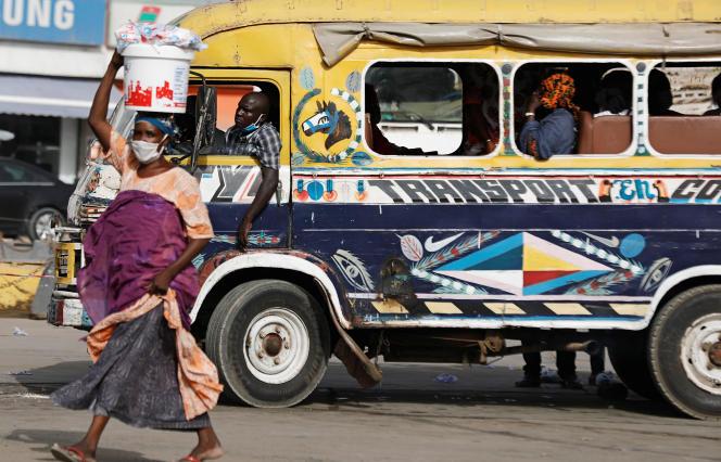 Une vendeuse de rue porte un masque contre le coronavirus, à Dakar, le 24juin 2020.