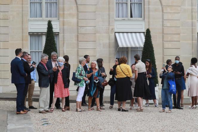 Des membres de la convention citoyenne sur le changement climatique devant le palais l'Elysée à Paris, le 29 juin 2020.