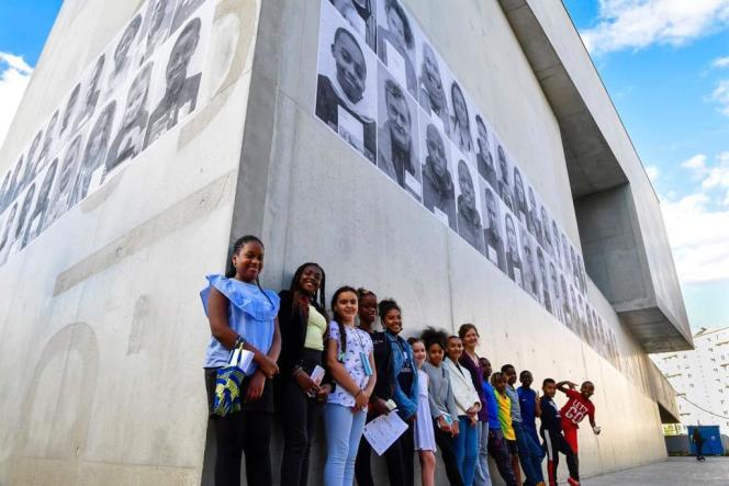 Les élèves de CM2 de l'école Joliot-Curie devant leurs portraits, à Bagneux (Hauts-de-Seine), le 29 juin.