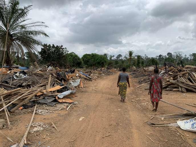Natacha, 18ans, et sa sœur Alida, 14ans, parcourent le village de Jean-Claudekro, rasé par la Société de développement des forêts, dans l'ouest de la Côte d'Ivoire.
