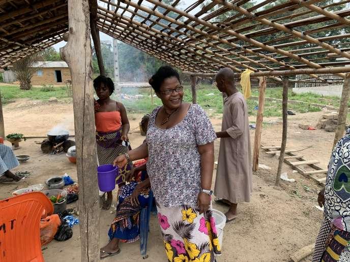 Josiane Doukpe Nahi et des femmes du village préparent un repas commun à Ziglo, dans l'ouest de la Côte d'Ivoire.