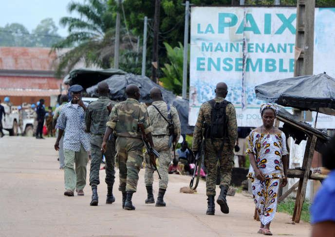 Des militaires patrouillent à Duékoué, dans l'ouest de la Côte d'Ivoire, en juillet 2012.