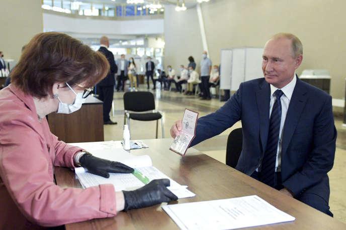 Vladimir Poutine a voté pour la réforme de la constitution russe qui lui permettrait de se représenter à la présidence, à Moscou, le 1er juillet.