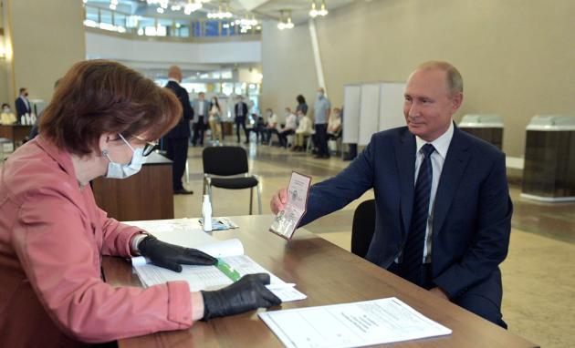Le président russe, Vladimir Poutine, a voté à Moscou en fin de matinée, mercredi.