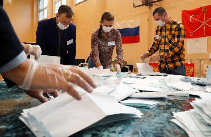 Lors du dépouillement dans un bureau de vote à Saint-Petersbourg, mercredi 1er juillet.