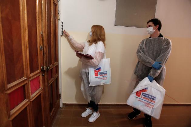 A Moscou, une commission électorale se rend au domicile des particuliers pour qu'ils votent de chez eux.