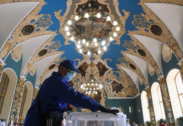 Désinfection d'un bureau de vote dansla gare de Kazan, à Moscou, le 1er juillet.