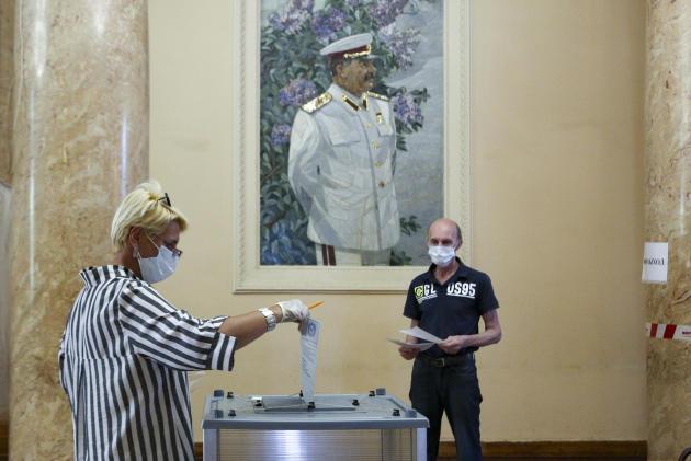 Une femme vote àVolgograd, le 1er juillet.