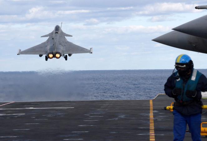 Photo prise le 10 février 2020 montrant un avion de chasse français Rafale depuis le porte-avions «Charles-de-Gaulle» au large de la côte est de Chypre, en Méditerranée.