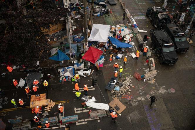 Les policiers en tenue antiémeute sont intervenus à l'aube, évacuant les six pâtés d'immeubles concernés. Dans la matinée, ils démantelaient les tentes et les barricades dressées dans le quartier.