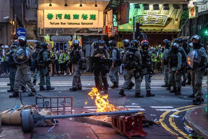 La police devant une barricade en feu, lors d'une manifestation contre la nouvelle loi sur la sécurité nationale, à Hongkong, le 1er juillet.