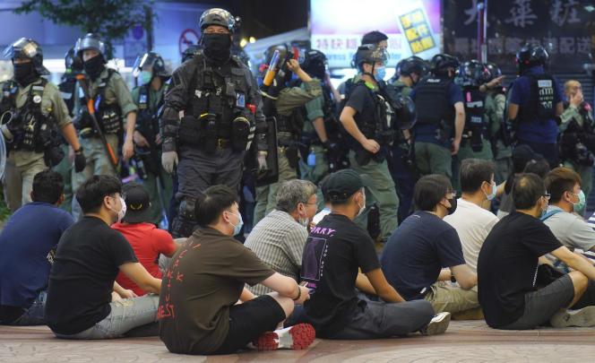 Manifestants détenus par les forces de l'ordre à Hongkong, le 1er juillet.