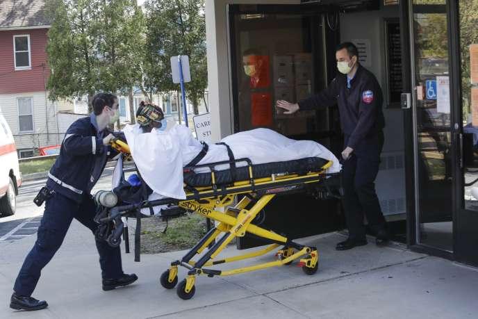 Un malade atteint par le Covid-19 est amené à l'hôpital de Bridgeport, dans le Connecticut, le 22avril.