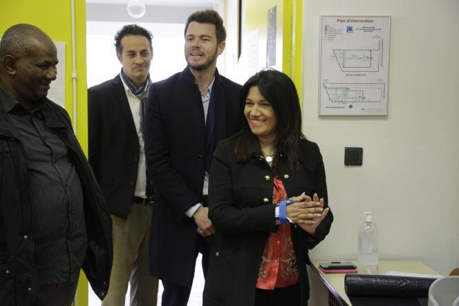 Samia Ghali dans un bureau de vote lors du premier tour des élections municipales, à Marseille, le 15 mars.