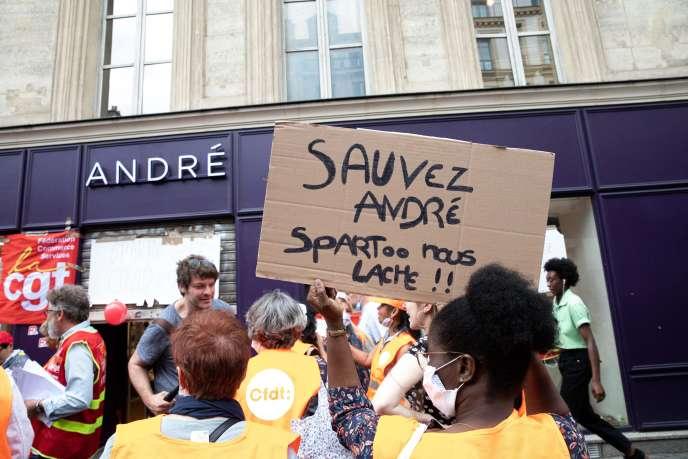 Des salariés d'André, en redressement judiciaire, manifestent àParis, le 30 juin.