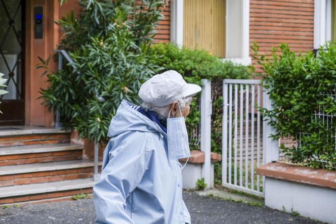 Porter ou ne pas porter le masque… Issy-les-Moulineaux, le 30 avril.