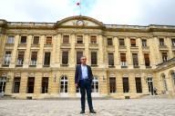 Le maire élu de Bordeaux, Pierre Hurmic, devant l'hôtel de ville de la commune, le 1er juillet. Il doit y être désigné maire, vendredi.