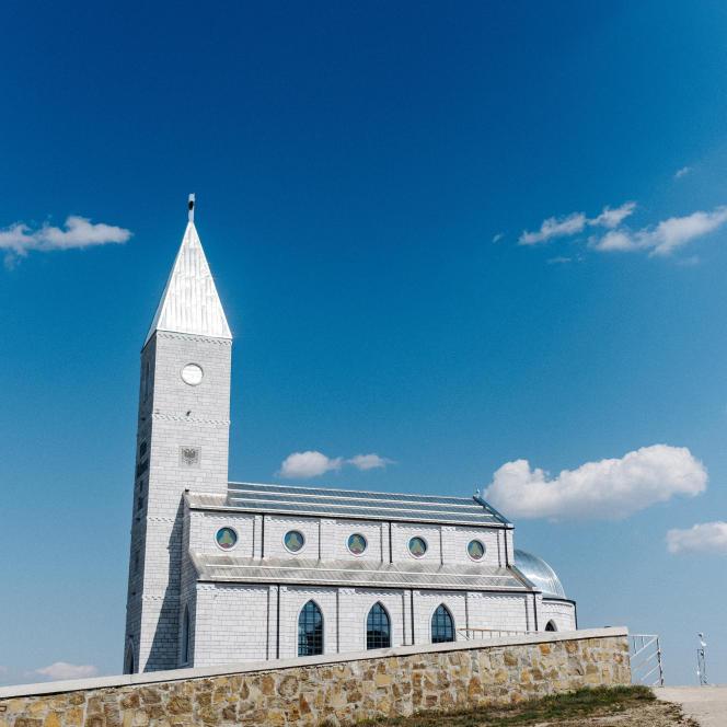Construite en 2008, l'église Saint-Abraham de Llapushnik est devenu le symbole d'un renouveau. Ici, durant des siècles, les habitants étaient crypto-catholiques, avant de revenir au catholicisme traditionnel. Une quarantaine d'habitants du village se sont convertis depuis.