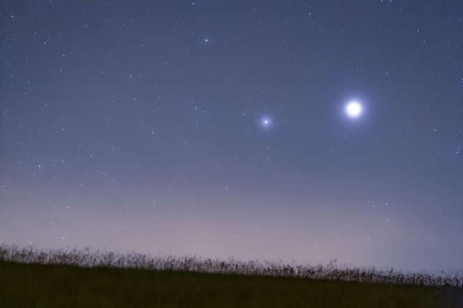 Les planètes Saturne et Jupiter brillent vivement en juillet, à l'aube, au-dessus de l'horizon sud-ouest.