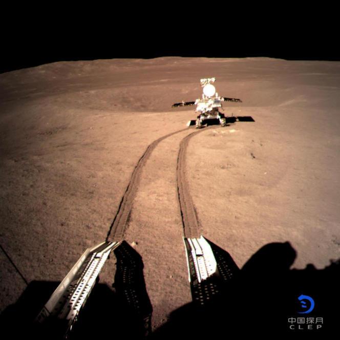 Le rover chinois Yutu2 de la mission chinoiseChang'e 4, sur la face cachée de la Lune, le 4 janvier 2019.