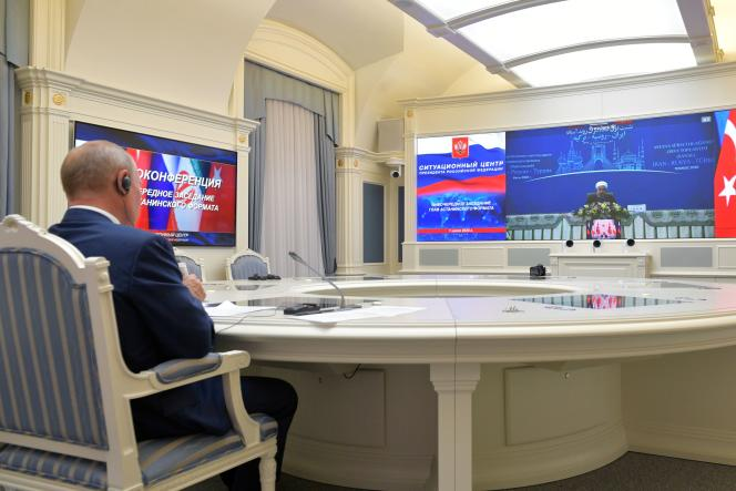 Vladimir Poutine lors de son entretien parvisioconférence avecses homologues turc et iranien,RecepTayyipErdoganet HassanRohanidepuis Moscou, le 1er juillet.