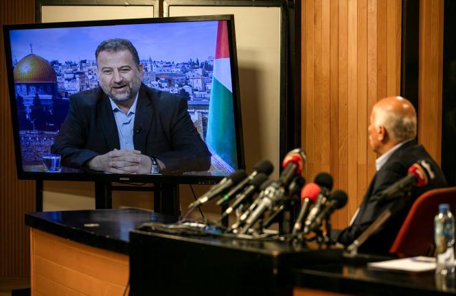 Jibril Rajoub (à droite), à Ramallah, en Cisjordanie, et Saleh Al-Arouri, en visioconférence, le 2 juillet 2020.