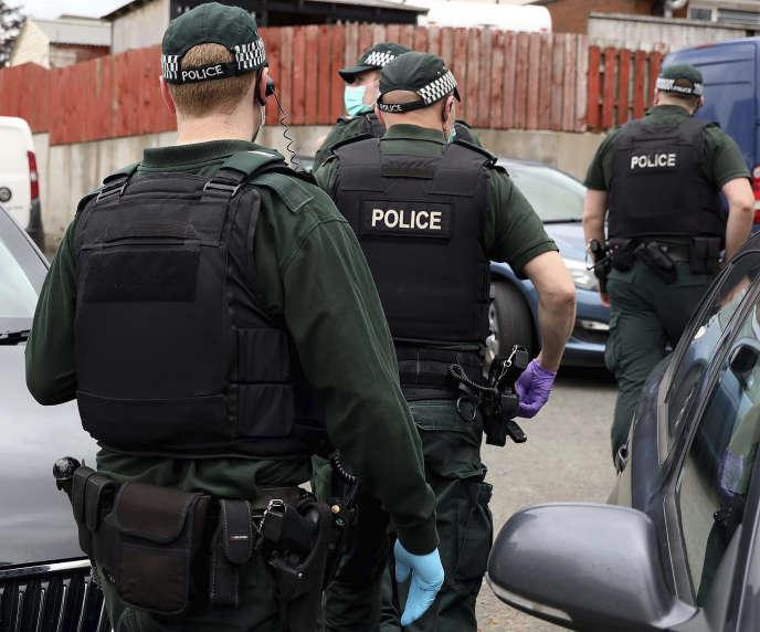 Photo diffusée le 2 juillet par le service de police d'Irlande du Nord (PSNI) montrant un raid policier dans le cadre de l'enquête sur Encrochat.