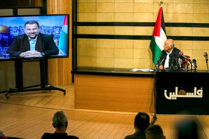 Un haut responsable du Fatah assiste depuis Ramallah à une réunion avec le chef adjoint du Hamas (à l'écran de Beyrouth), le 2 juillet.