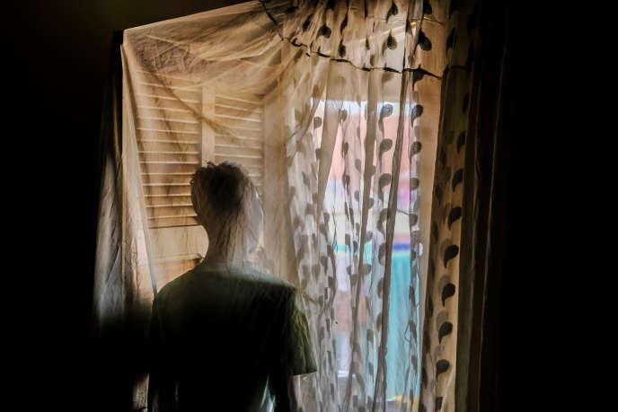 Après avoir été chassé par sa famille, Moustapha (le prénom a été changé), 25 ans, a été recueilli loin de Dakar, chez un ami qui ne connaît pas son homosexualité.