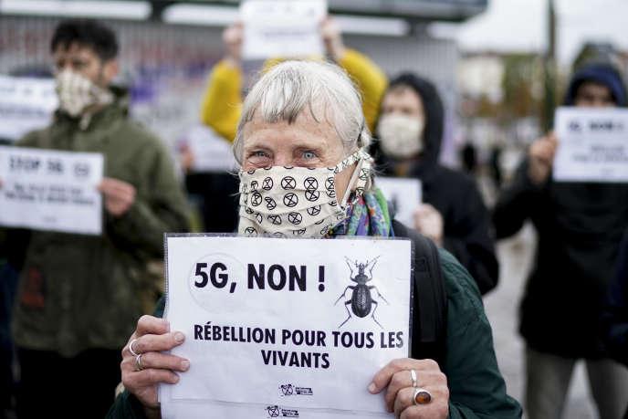 Des manifestants d'Extinction Rebellion manifestent contre la 5G à Bruxelles, le 5 juin.