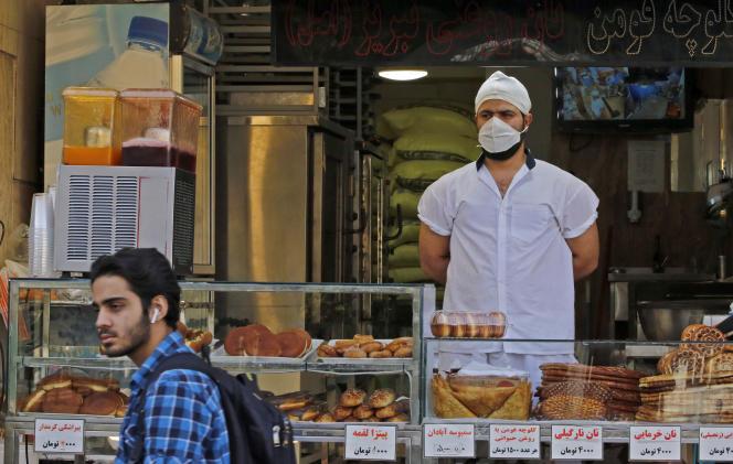 Un homme marche devant une boulangerie, à Téhéran, le 3 juin.