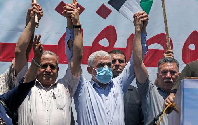 Le chef du Hamas Yahya Sinouar (centre), lors d'unrassemblement pour protester contre le projet d'annexion d'Israël, à Gaza, le 1er juillet.