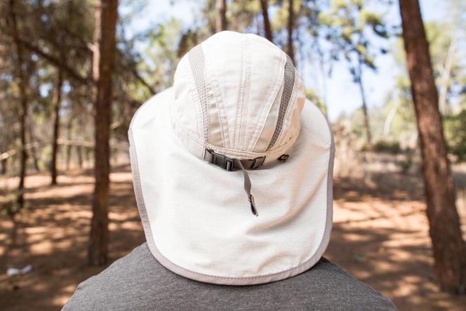 La« jupe» du chapeau couvre bien la nuque.