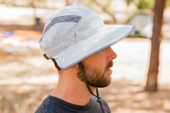 La visière est assez large pour bien protéger les oreilles.