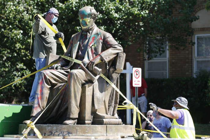 La statue de Matthew Fontaine Maury a été déplacée, jeudi 2 juillet,par une grue sous les applaudissements des témoins de la scène, selon la presse locale.