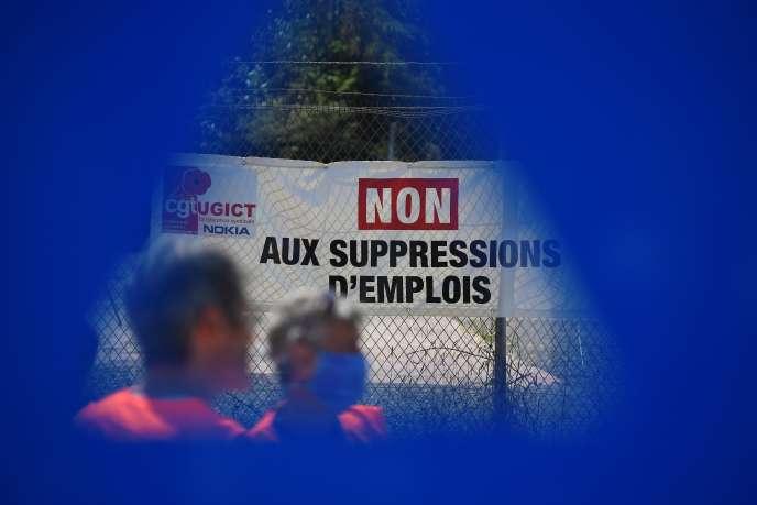 Manifestation de salariés et élus syndicaux devant les locaux de Nokia, à Lannion (Côtes-d'Armor), le 23 juin.