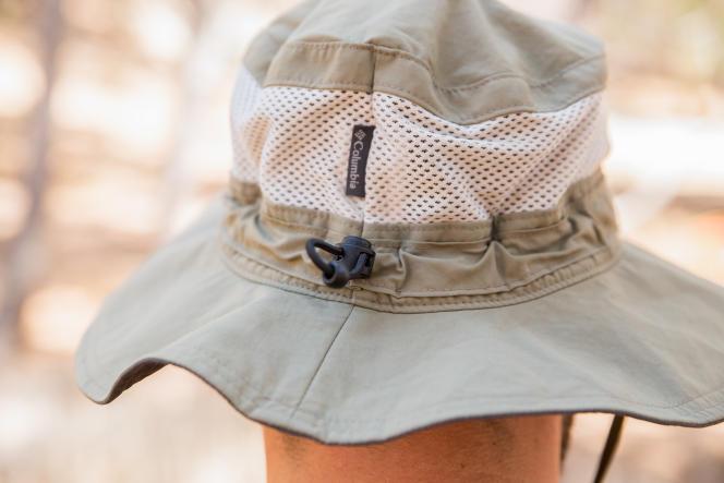 Le lien de serrage autour de la calotte permet de bien l'arrimer en cas de vent.