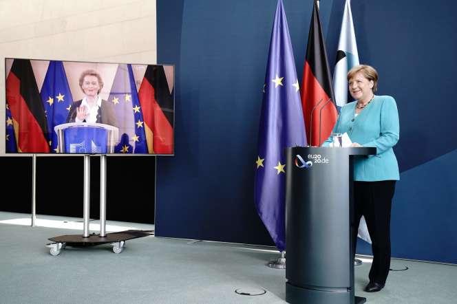 Angela Merkel, à Berlin, et Ursula von der Leyen, à Bruxelles, le 2 juillet, lors d'une conférence de presse commune.