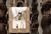 Portrait de Charles de Foucauld dans la basilique Saint-Pierre, lors de la béatification du moine-soldat au Vatican, le 13 novembre 2005.