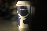 Une tasse de café du groupe chinois Luckin Coffee, en 2019, grand rival de Starbucks.